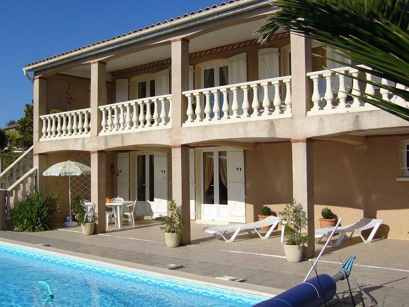Gite de charme avec piscine privative et vue panoramique sur lac campagne, holiday rental in Lautrec
