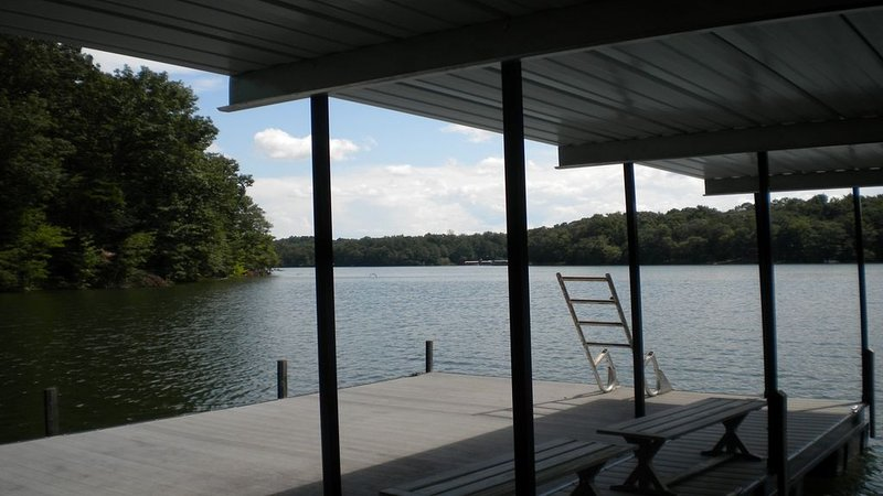 COZY 1 BEDROOM APARTMENT ON LAKE HARTWELL WITH DOCK/MINUTES FROM TUGALOO ST PARK, holiday rental in Eastanollee