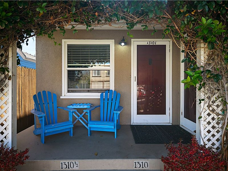 Cozy Beach Bungalow steps to the sand & 4 blocks to Pier & Main St., vacation rental in Seal Beach