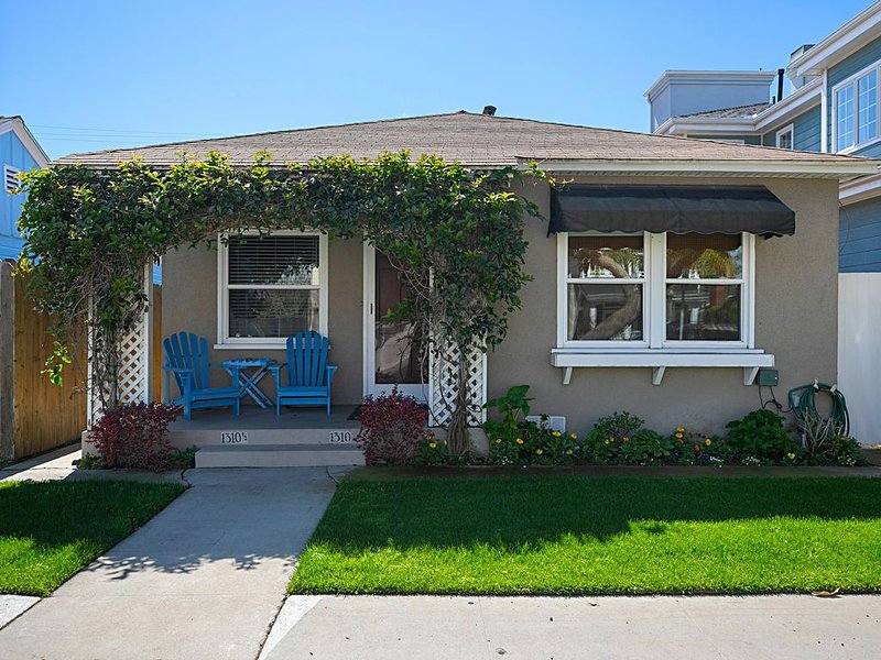 Charming Beach Bungalow steps to the sand & blocks to Main St., vacation rental in Seal Beach