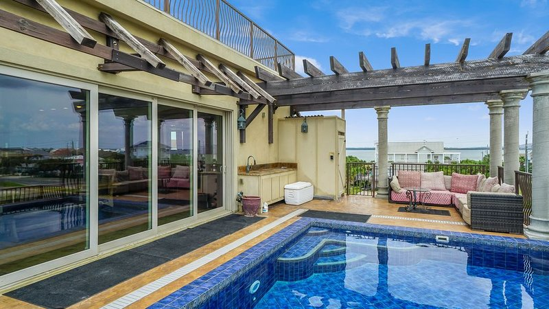 Roof Top Pool, One Block from the Beach, Huge Outdoor Living Area!, holiday rental in Gulf Breeze