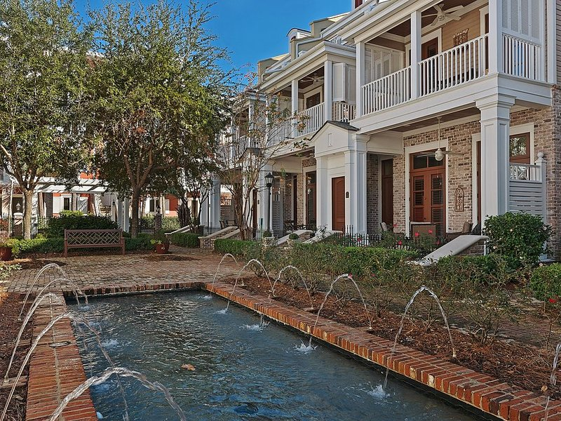 Beautiful Le Jardin Townhouse Located in Heart of the Village of Baytowne Wharf, vacation rental in Sandestin