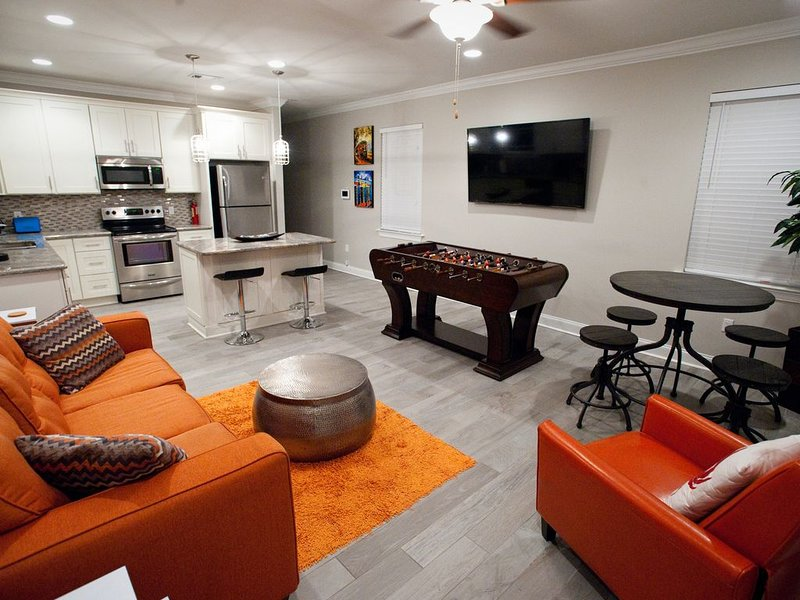 NEAR STREETCAR LINE! NEW LOCATION!! BOOK NOW! 5 minutes from FRENCH QUARTER!, vacation rental in New Orleans