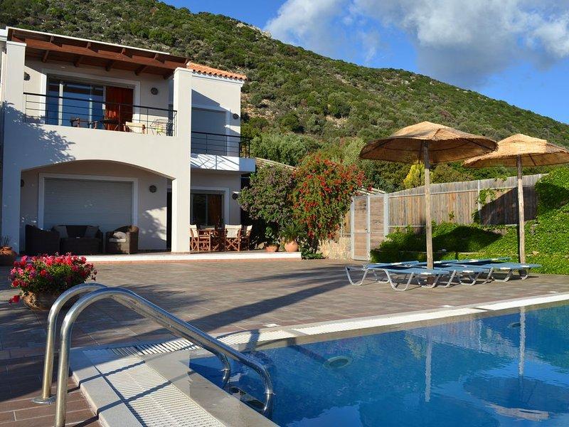Luxury Villa In Agios Nikolaos - Elounda With Panoramic Sea View & Private Pool, casa vacanza a Agios Nikolaos