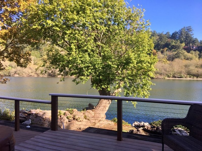 The Reel Riverside Retreat~ Close to town. Gorgeous river view with a hot tub!, holiday rental in Harbor