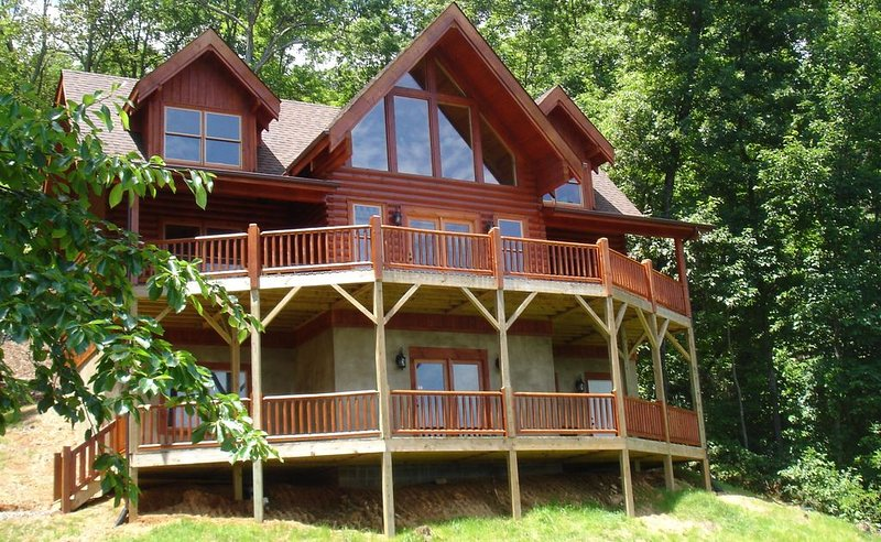 Secluded Log Home w/Breathtaking Views. Hot Tub. Fire Pit. Game Room. WiFi! – semesterbostad i Lake Lure