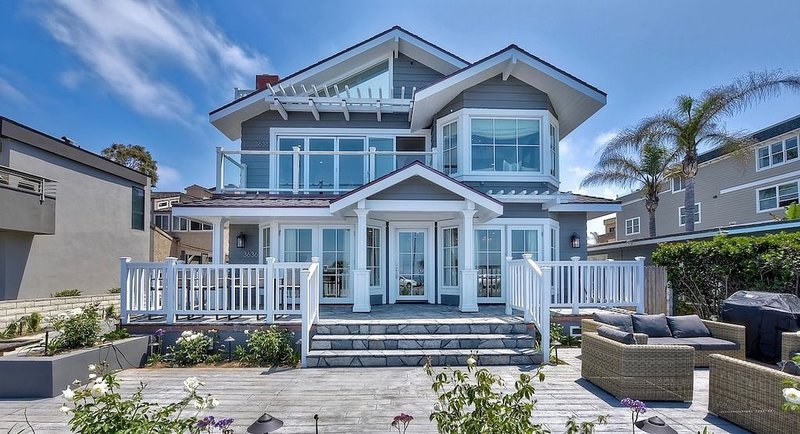 LUXURIOUSLY DESIGNED & NEWLY CONSTRUCTED OCEAN VIEW HOME IN CARLSBAD (UPPER) – semesterbostad i Karlsbad