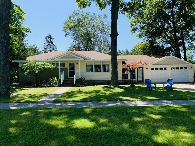 Fall Spots Available!  Perfect House For Two Families And The Dogs!, holiday rental in Charlevoix