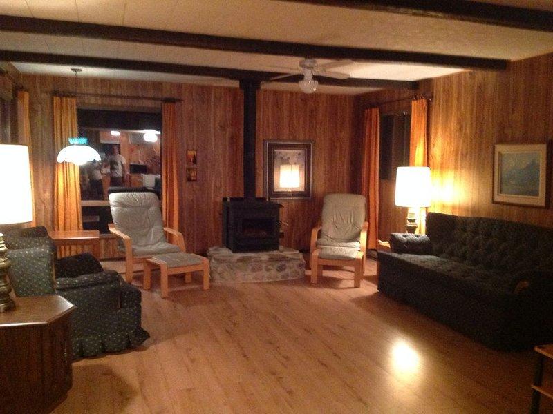 Round Lake Family Cottage, near Bonnechere, Foy and Algonquin Provincial Parks, location de vacances à Killaloe