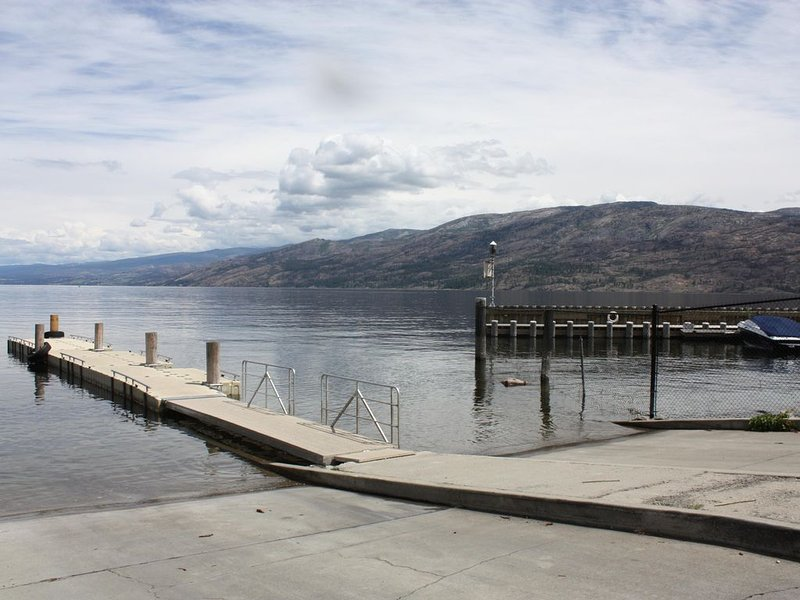 Best Location!  Clean, Modern,  Close to Lake House!, alquiler de vacaciones en Peachland