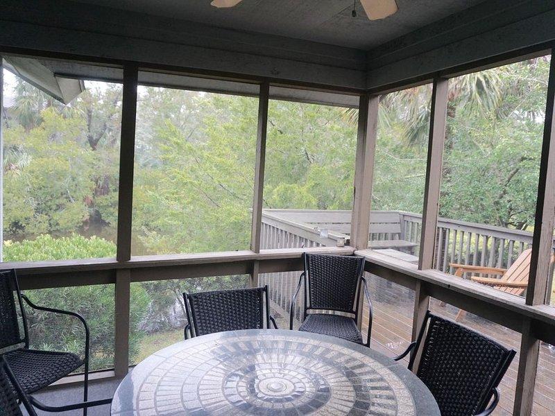 """Véranda et terrasse avec vue sur le lagon - notre """"chambre"""" préférée."""