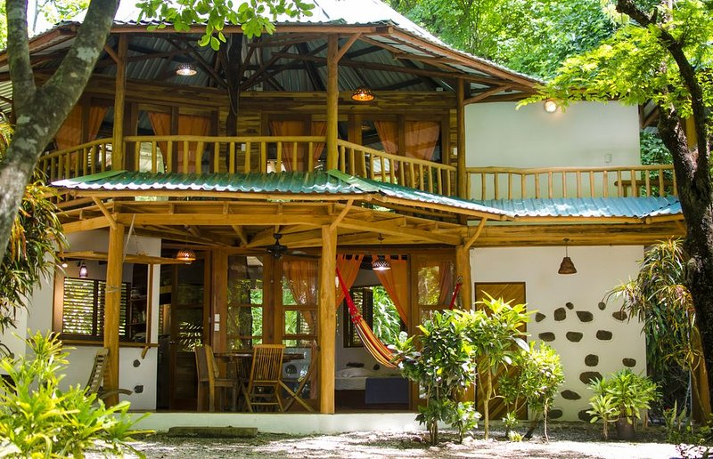 Stunning jungle Cabin Steps from the beach, great for families and couples, holiday rental in Montezuma