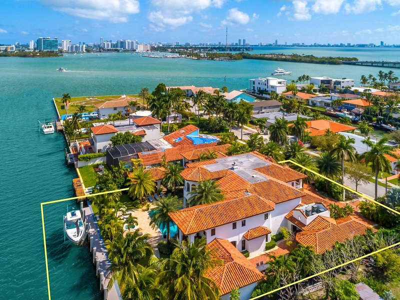 Welcome to Magic Mansion Exceptional Tropical Waterfront Paradise, holiday rental in North Bay Village