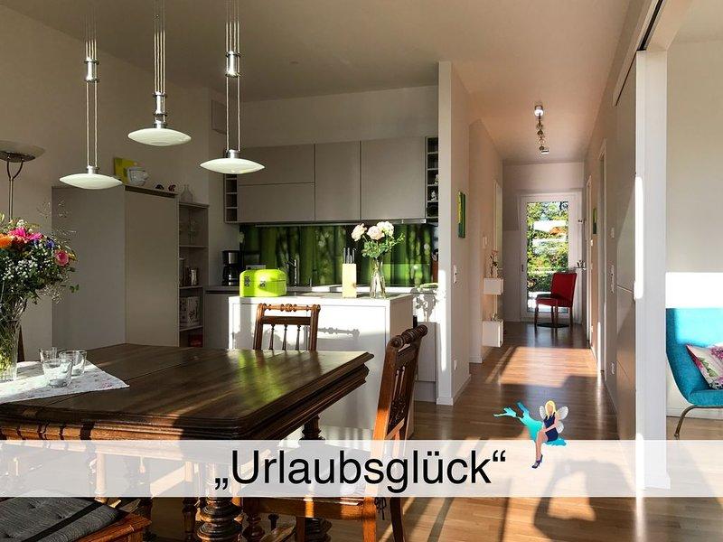 Neue lichtdurchflutete 2,5 Zimmer Neubau Wohnung mit großem Balkon und Seesicht, holiday rental in Wasserburg