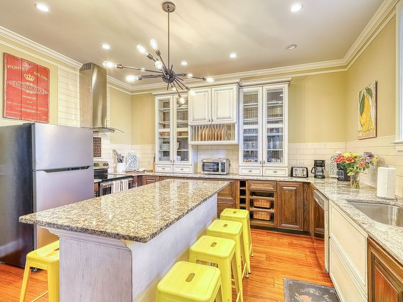 Elegant home in historic district w/ gourmet kitchen & disability access, casa vacanza a Pooler