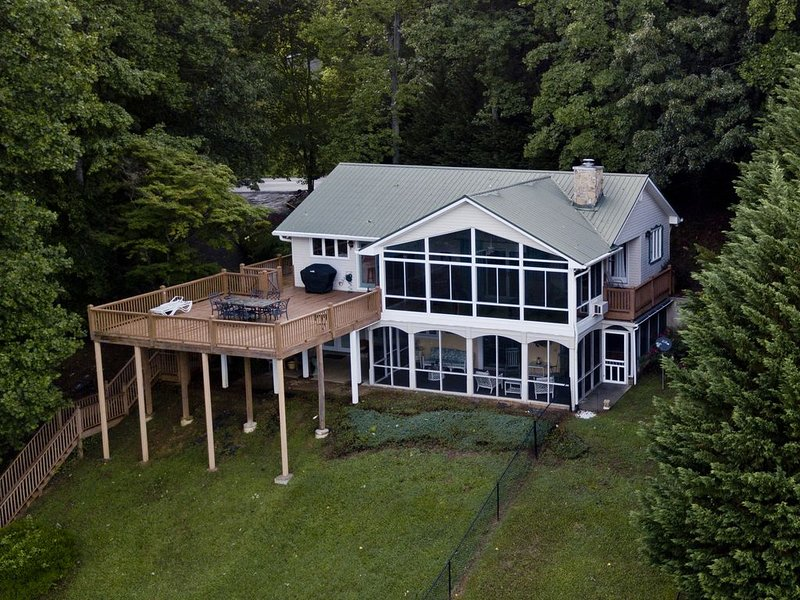 Lakeview Vista overlooking Lake Chatuge  4 bedrooms and hot tub/game room, vacation rental in Young Harris