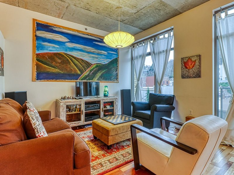Stunning, updated loft in the heart of downtown Hood River!, vacation rental in Hood River