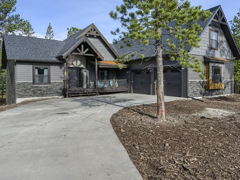 Brand New Construction 6BR All Suites on All Paved Roads with Heated Garage!, holiday rental in Lead