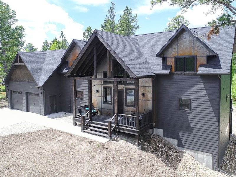 Incredible 5 BR Open Concept Cabin w/ 3 King Suites, Hot Tub - Near Deadwood, holiday rental in Lead