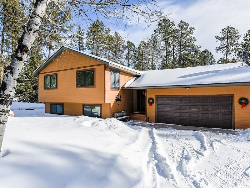 Quiet and Private Paradise Close to Highway, ATV and Snowmobile Trails!, holiday rental in Lead