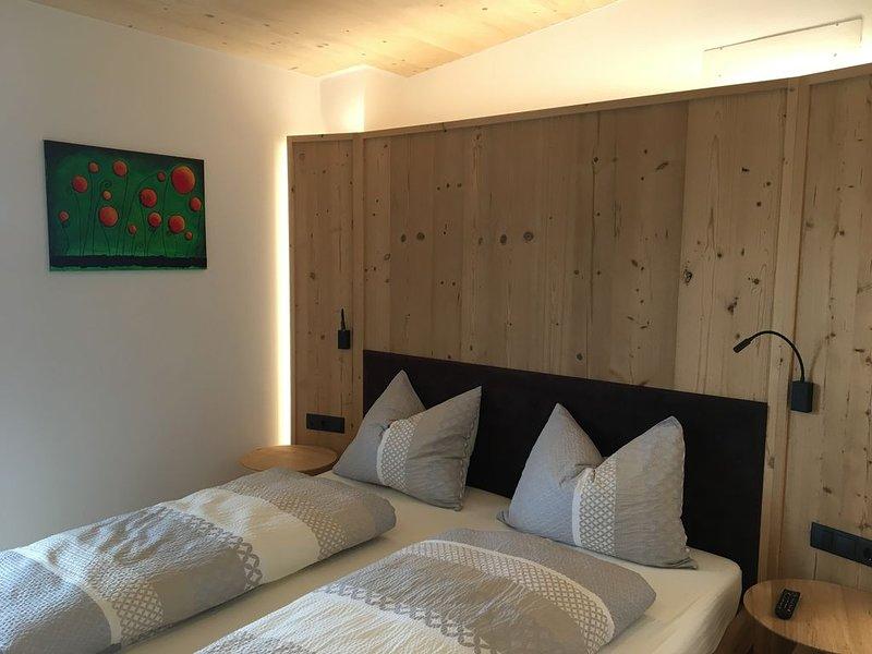 nette, neue und moderne Ferienwohnung mit Blick auf die Berge, vacation rental in Tarres
