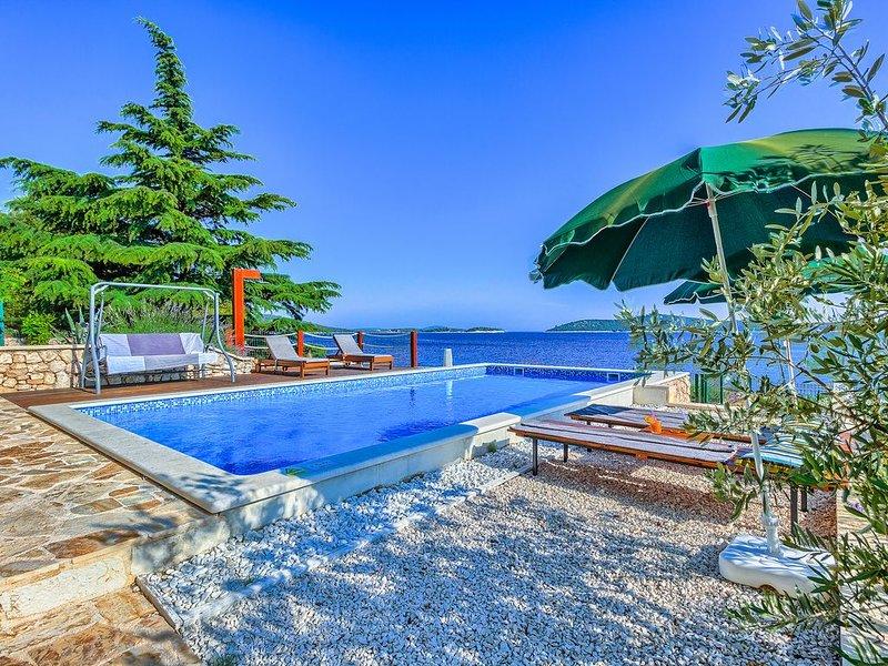 Amazing Villa direkt am Meer mit 5 Schlafzimmern für 12 Personen, vacation rental in Sevid