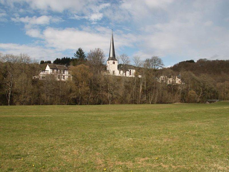 Lehrerwohnung in der 'Alten Schule Kirmutscheid' von 1829, holiday rental in Mullenbach