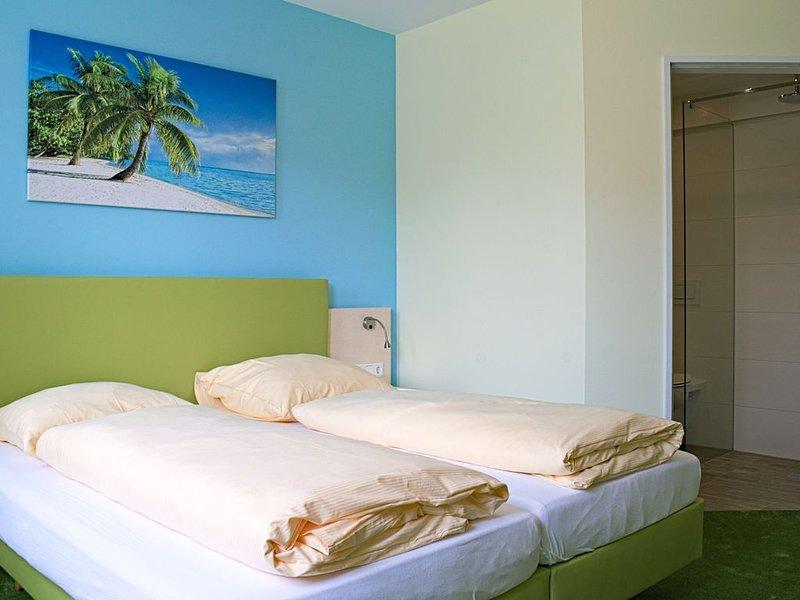 Doppelzimmer mit Flatscreen und WLAN, vacation rental in Hayingen