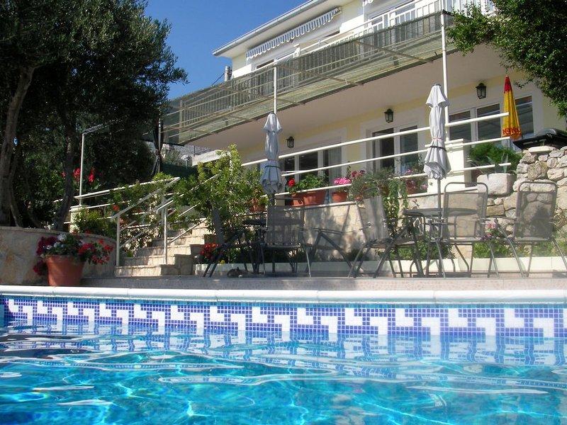 Villa in Podgora,familienfreundlich,Meerblick,Pool,ruhig,free WiFi,bis 6 Pers., alquiler de vacaciones en Podgora