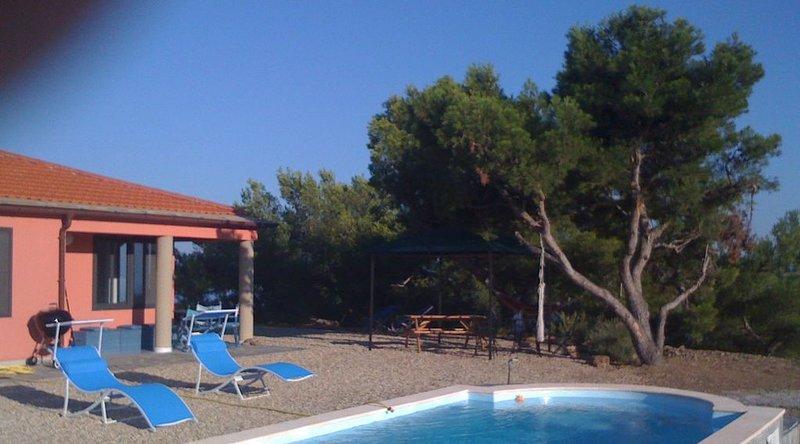 Villa Pini mit Pool und Meersicht, vacation rental in Torrazza
