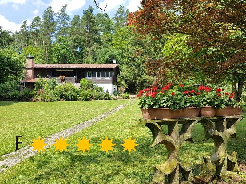***** Ferienhaus Naturliebe � 6000m² Parkgarten am Wald, umzäunt, Kamin, Sauna, vacation rental in Ortenberg