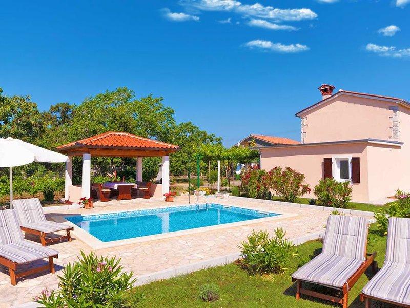 Lauschig und ruhig, Minuten vom Strand, privater Pool im schönem Garten, location de vacances à Trget