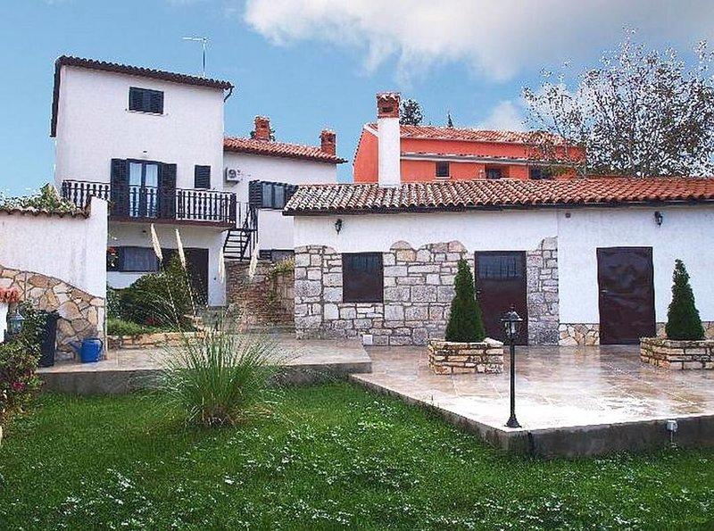 Ferienwohnung mit großer Terrasse und schönem Garten in ruhiger Lage, aluguéis de temporada em Bale