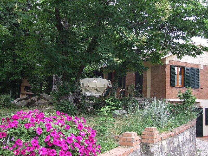 Grosse und sehr gut eingerichtete Wohnung in Villa, mit Garten und Pool. D., holiday rental in Sassetta