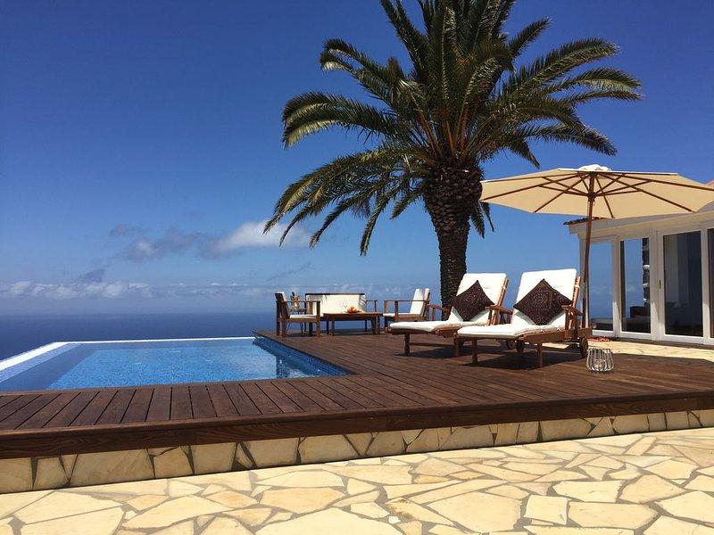 Romantische Chill-out-Villa mit Infinitypool und Panorama-Meerblick an der Küste, aluguéis de temporada em Garafia