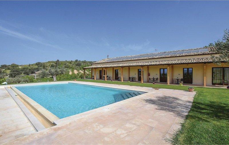 7 Zimmer Unterkunft in Chiaramonte Gulfi, vacation rental in Licodia Eubea