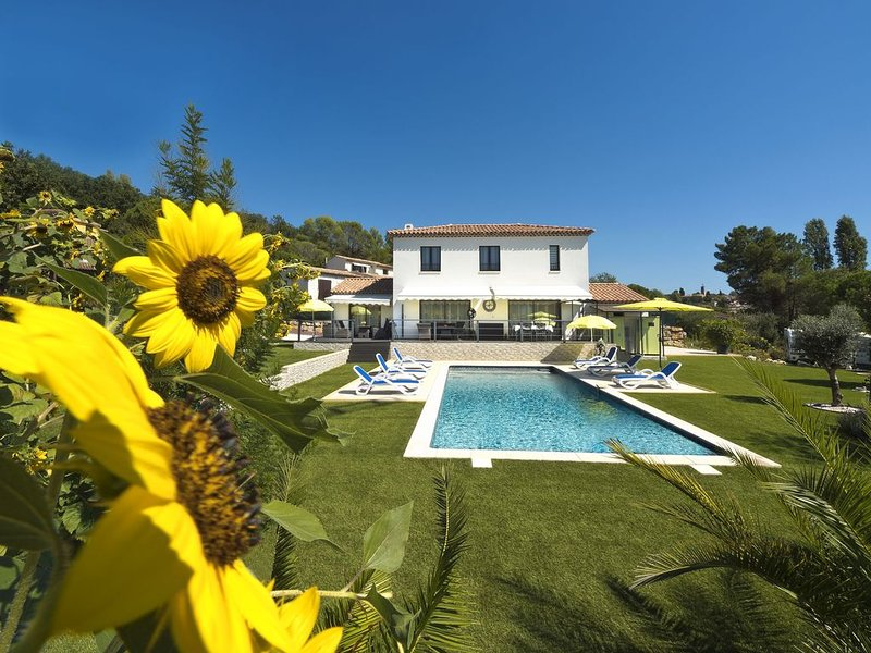 Villa mit Pool für anspruchsvolle Genießer, holiday rental in Bagnols-en-Foret
