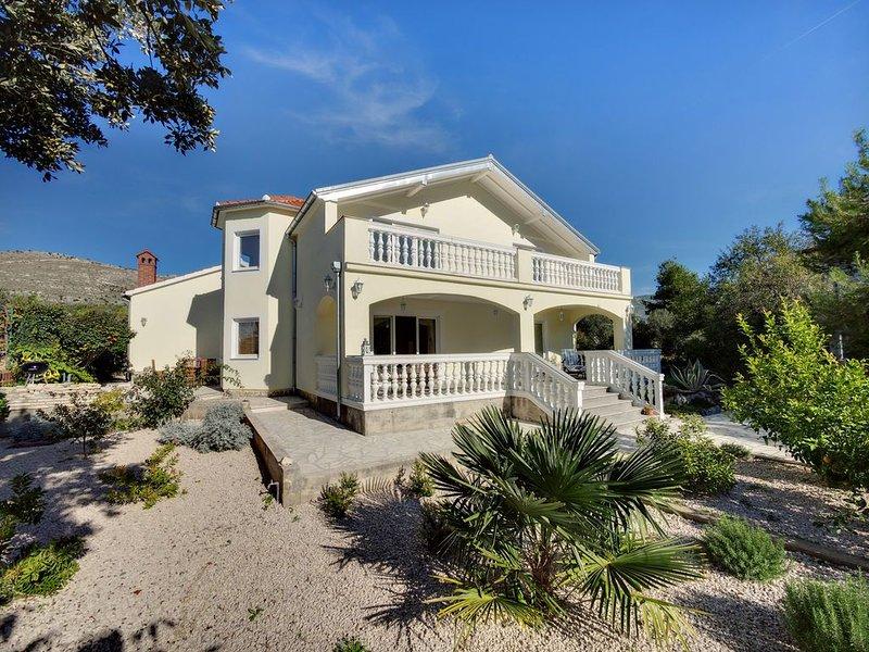 exklusive Villa zur Alleinnutzung, 100m zum Strand, vacation rental in Sibenik