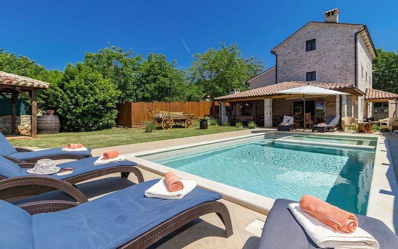 Rabat -30%! Luxus Villa für bis zu 14 + 3, holiday rental in Manjadvorci