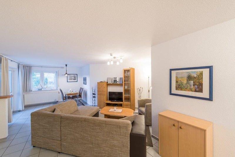 Komfortable Ferienwohnung mit separatem Schlafzimmer und überdachtem Balkon, location de vacances à Lancken-Granitz