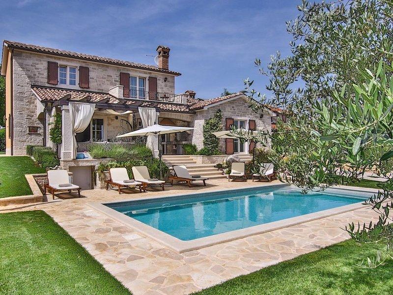 Schicke Villa für 8 Personen mit Salzwasserpool und Panoramablick, holiday rental in Baldasi