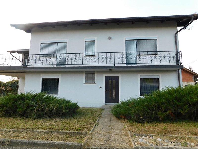 Haus mit 4 Schlafzimmer, großer Terrasse und Garten, location de vacances à Destrnik