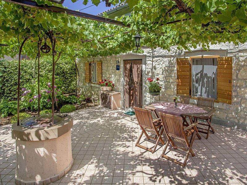 Ferienhaus Katina * herrlicher Garten mit Meerblick, 1,5 km zum Strand, casa vacanza a Duga Luka
