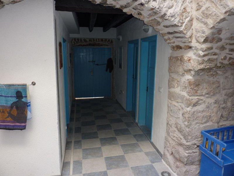 Steinhaus mit Dachterrasse &  Meerblick, Haustier erlaubt, strandnah, vacation rental in Betina