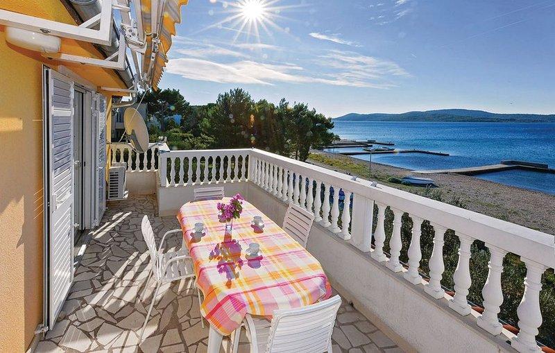 4-Sterne Apartment direkt am Meer, Strand vorm Haus, ideal für Familie und Kids, vacation rental in Jadrija