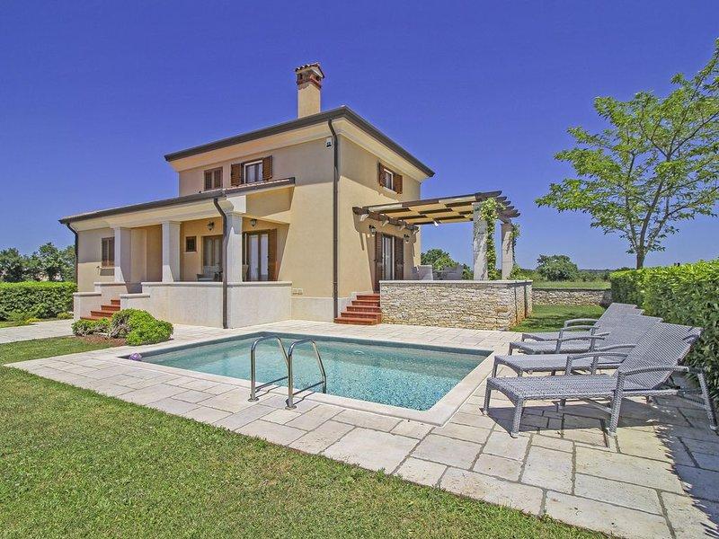 Ferienhaus Nicole * ruhige Lage, eingezäunter Garten, privater Pool, holiday rental in Kanfanar
