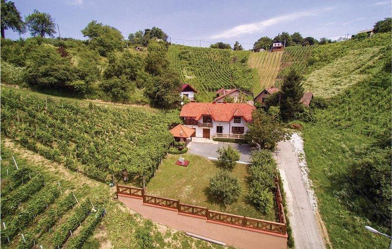 2 Zimmer Unterkunft in Vinica, holiday rental in Destrnik