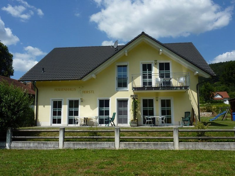 FeWo in ruhiger Lage mit WLAN - Brötchenservice vorhanden, holiday rental in Kelheim