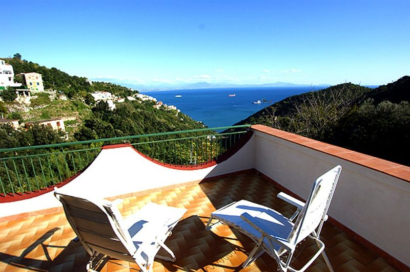 Primo Sole: Die ersten Sonnenstrahlen an der Amalfiküste und Traumpanorama, holiday rental in Albori