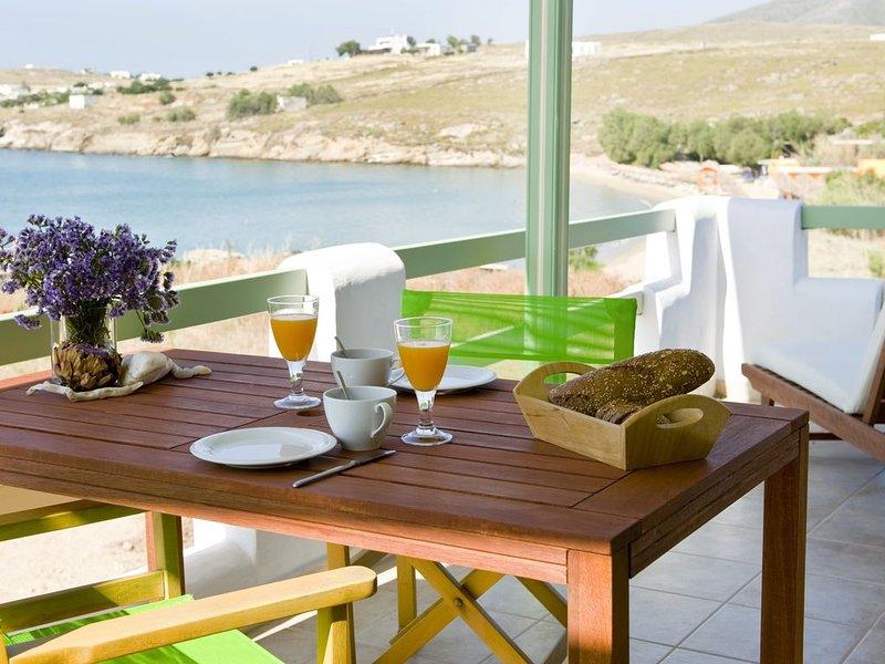 Julia's Beach Studio direkt am Meer,  mit Terrasse und Meeresblick., casa vacanza a Paros